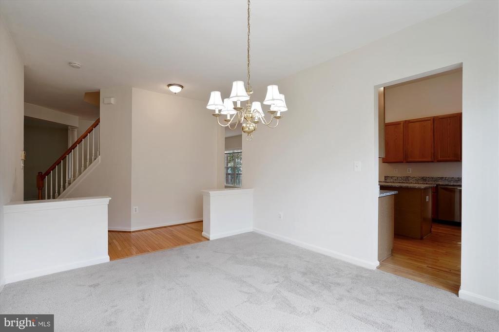 FORMAL DINING ROOM OFF FOYER WITH ACCESS TO KIT - 20672 PARKSIDE CIR, STERLING