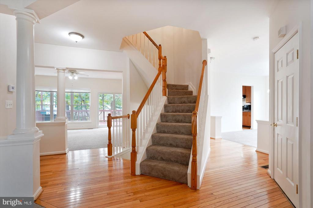 LARGE AND INVITING HARDWOOD FOYER - 20672 PARKSIDE CIR, STERLING