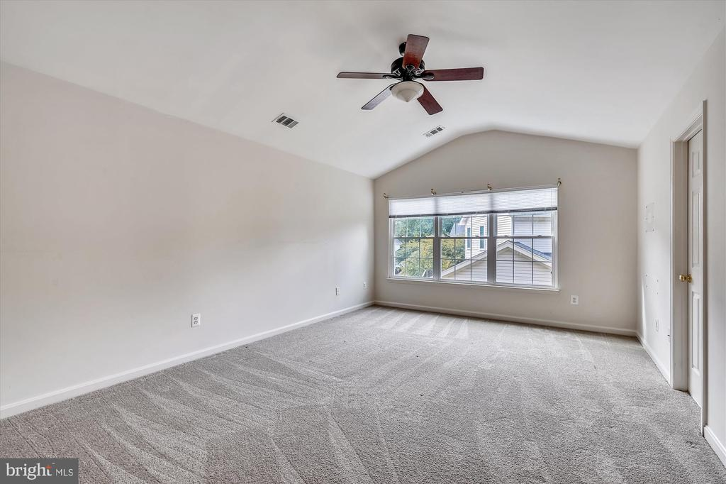 SPACIOUS OWNER'S SUITE WITH CATHEDRAL CEILING - 20672 PARKSIDE CIR, STERLING