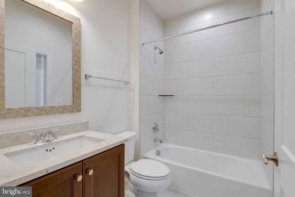 Upgraded granite, vanity,  and tile in 2nd bath. - 42758 AUTUMN DAY TERRACE, ASHBURN