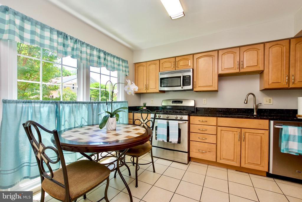 Sunlit Dine-In Kitchen - 9453 CLOVERDALE CT, BURKE