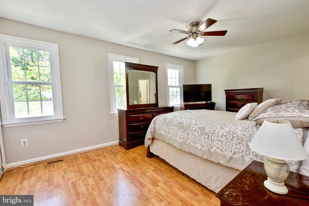 Primary Bedroom Suite with Private Full Bathroom - 9453 CLOVERDALE CT, BURKE
