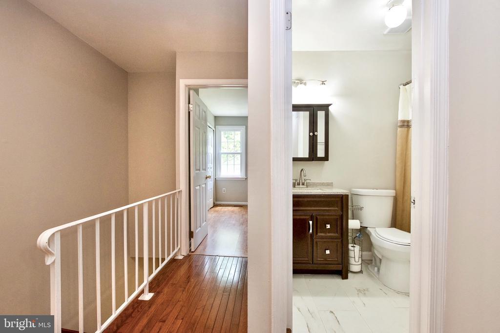 Upper Level Full Bathroom and Hallway - 9453 CLOVERDALE CT, BURKE