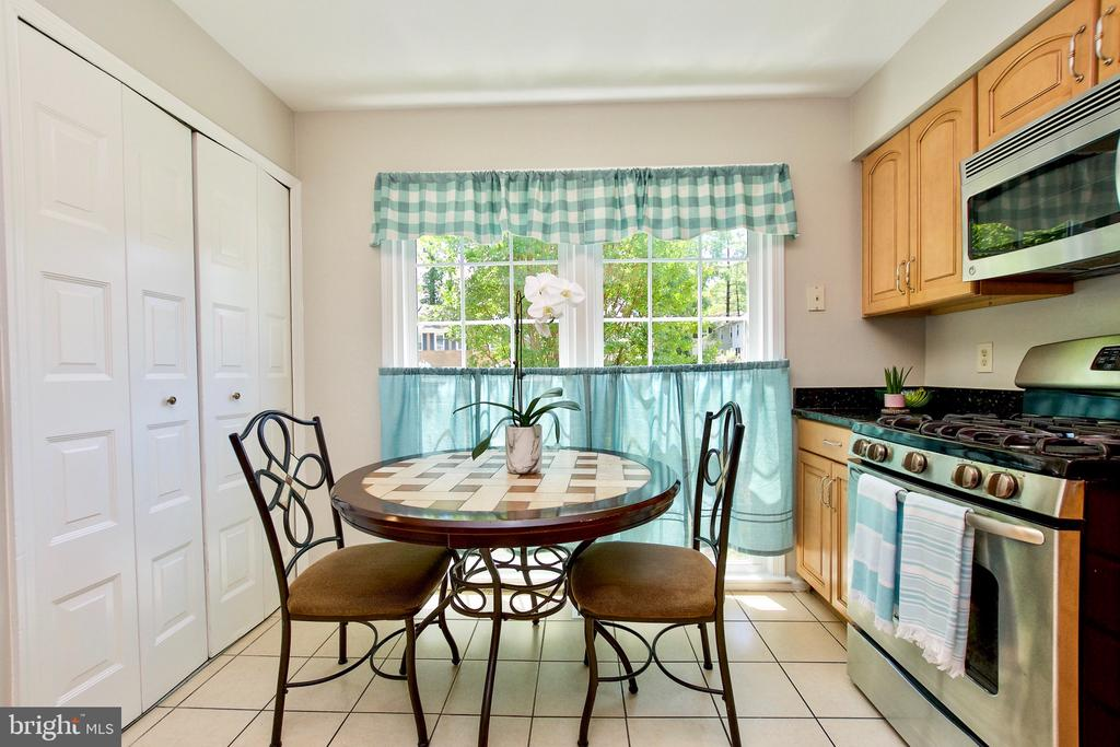Kitchen with Double Pantry - 9453 CLOVERDALE CT, BURKE