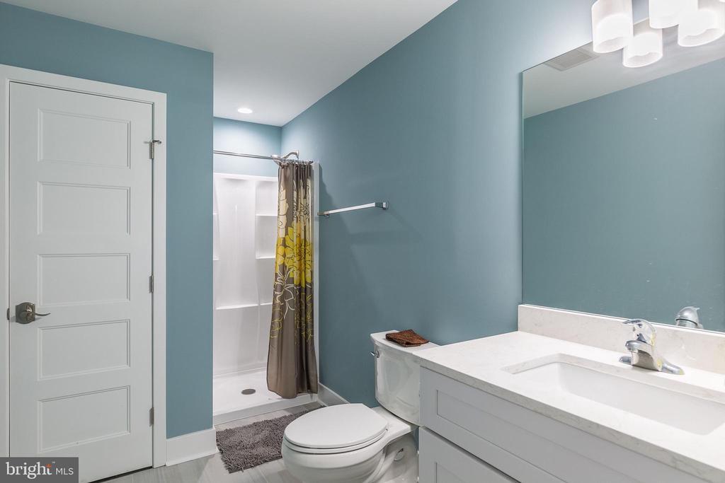 Full guest bath second floor - 3501 QUEEN ANNE DR, FAIRFAX
