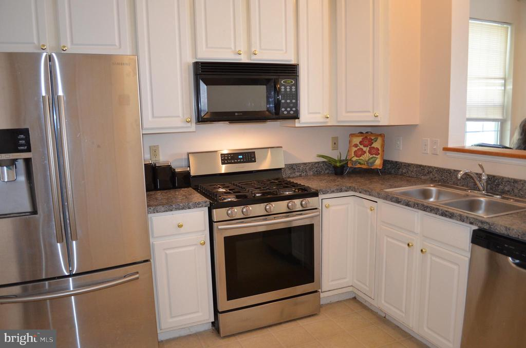 On-trend white cabinetry - 4900 EDGEWARE TER, FREDERICK