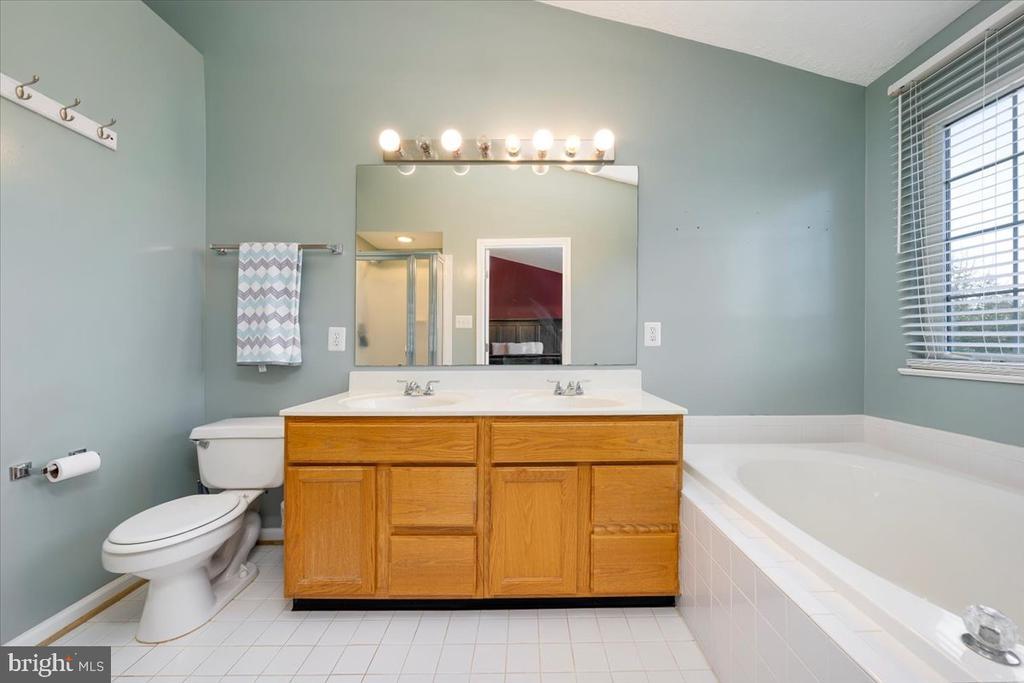 Main Bathroom - 4810 AMESBURY WAY, JEFFERSON