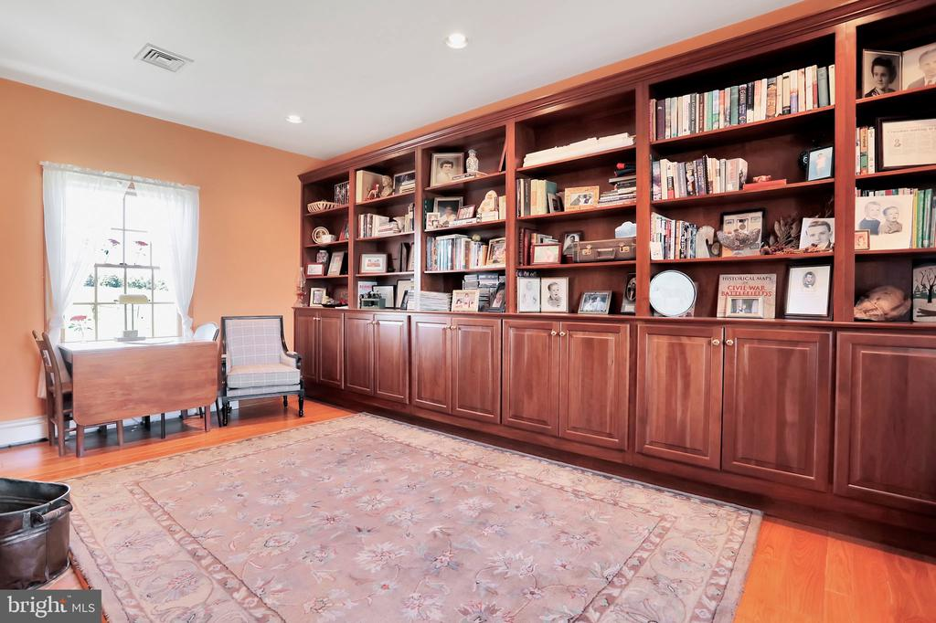 Library with built in bookcase - 5201 RELIANCE, MIDDLETOWN