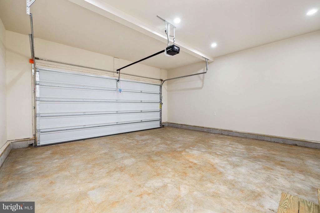 Oversized garage, w/opener and recessed lights - 418 BIRDIE RD, LOCUST GROVE