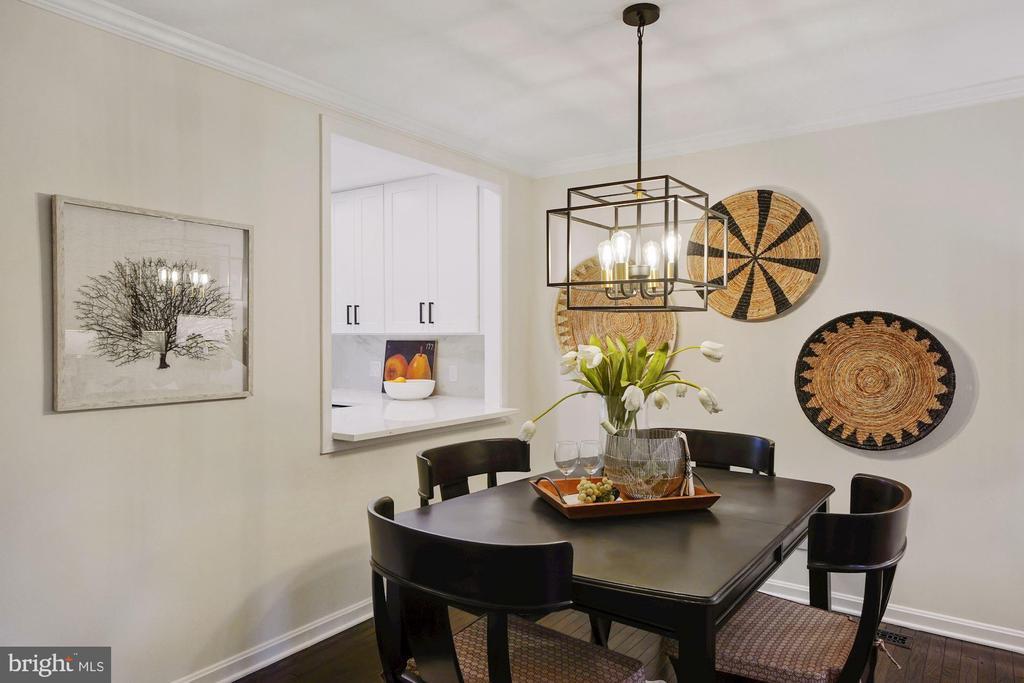 Impressive dining room chandelier - 4110 WASHINGTON BLVD, ARLINGTON