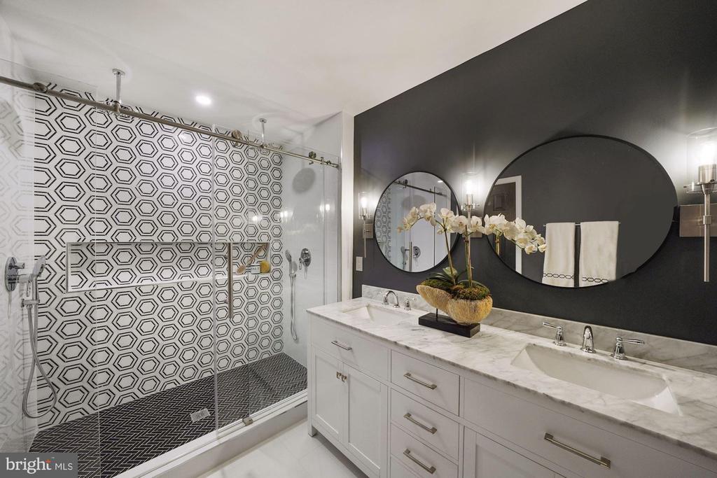 A stunning master bath - 4110 WASHINGTON BLVD, ARLINGTON