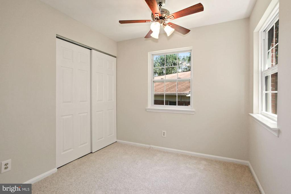 The second bedroom - with ceiling fan. - 9761 HAGEL CIR #E, LORTON