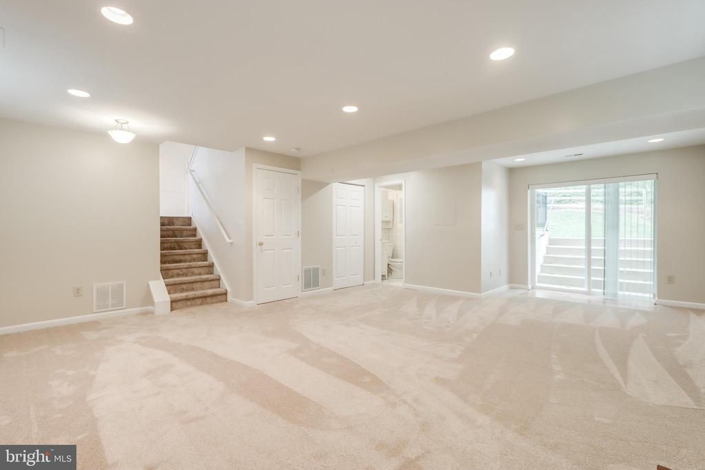 Family Room- walk out to the backyard - 3332 YORKSHIRE CT, ADAMSTOWN