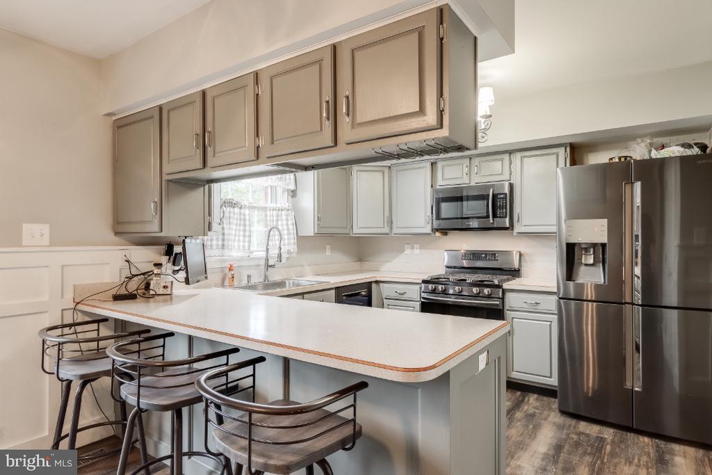 Breakfast bar in kitchen - 8288 WATERSIDE CT, FREDERICK