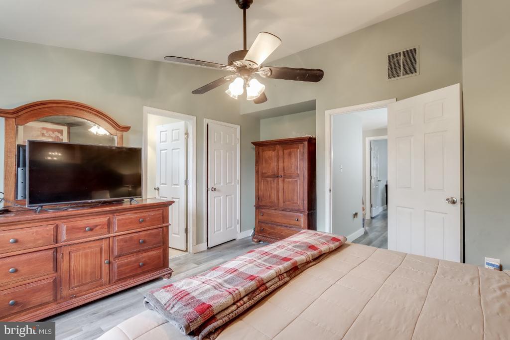 Master bedroom has walk in closet - 8288 WATERSIDE CT, FREDERICK