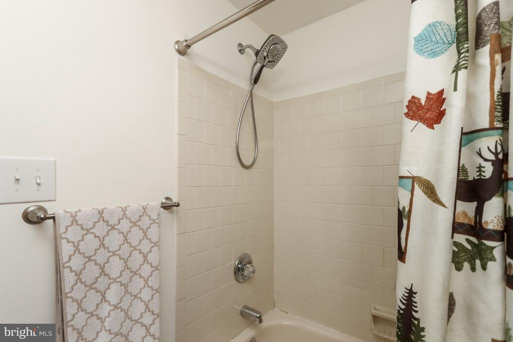 Newly remodeled upper level hall bath - 8288 WATERSIDE CT, FREDERICK