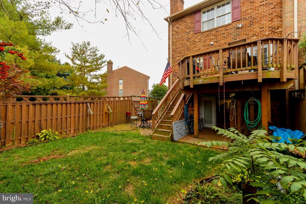 End unit townhouses have large back & side yards - 8288 WATERSIDE CT, FREDERICK