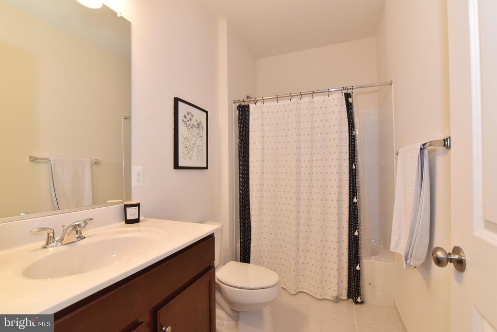Upper level bath - 42349 ALDER FOREST TER, STERLING
