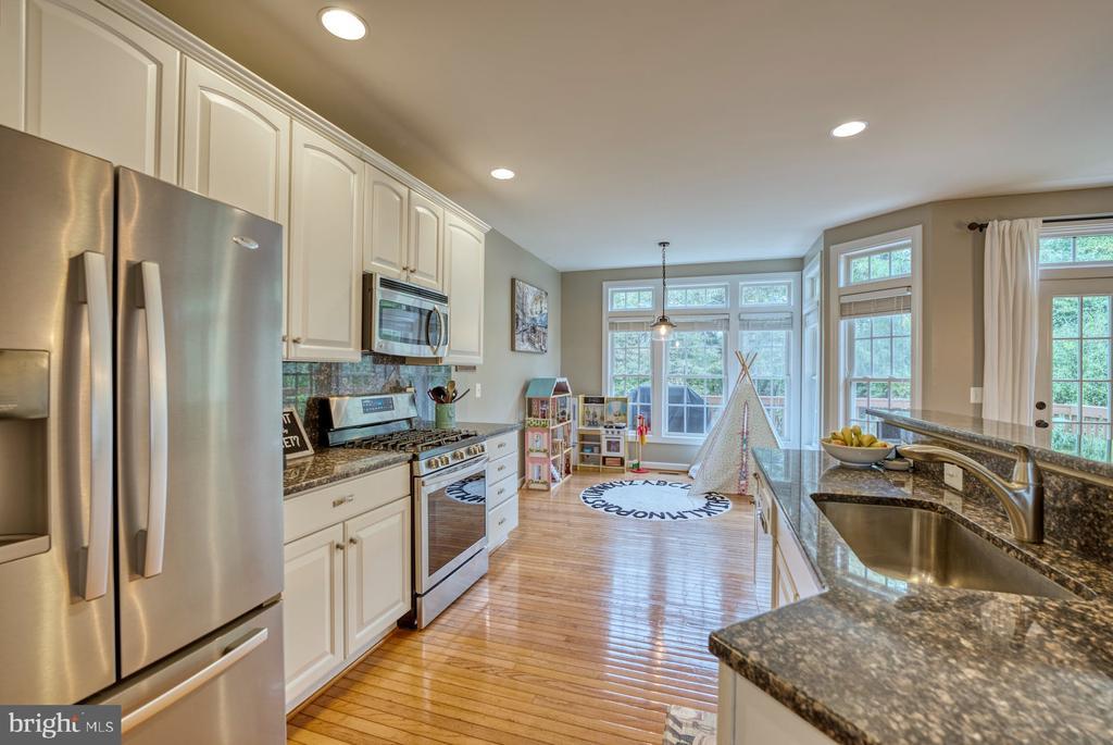 Beautiful White Kitchen w Granite Countertops - 8075 MONTOUR HEIGHTS DR, GAINESVILLE