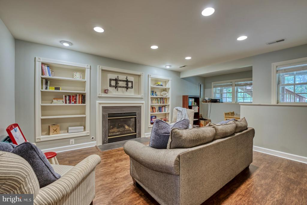 Cozy Family Room w Beautiful Built-ins & Fireplace - 8075 MONTOUR HEIGHTS DR, GAINESVILLE