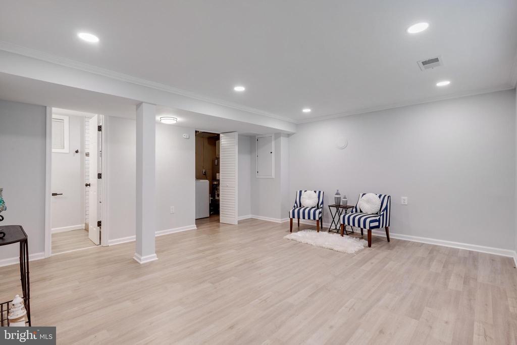 Entry  Level Family Room - 14315 FERNDALE RD, WOODBRIDGE