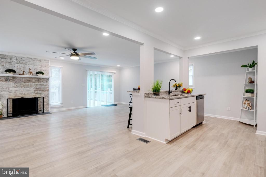 Kitchen & Living Room - 14315 FERNDALE RD, WOODBRIDGE