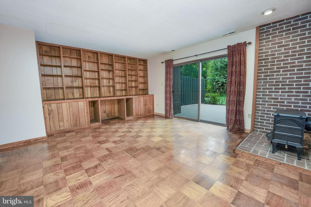 Family Room with Built-in bookshelves - 1300 NORTHGATE SQ, RESTON