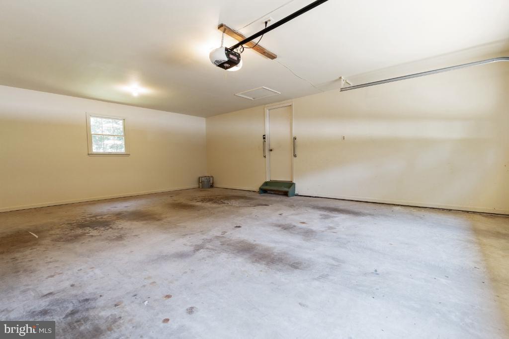 2-car garage off kitchen: newer garage door - 7324 JENNA RD, SPRINGFIELD