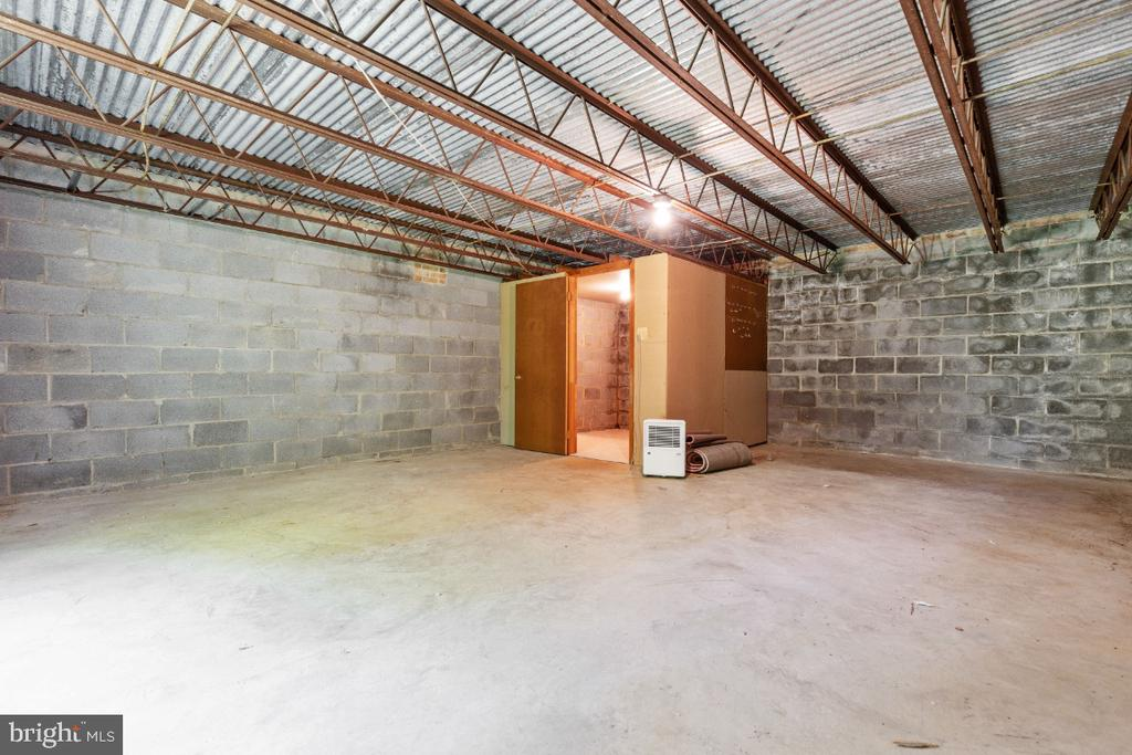 Rare unfinished workshop indoor and outdoor access - 7324 JENNA RD, SPRINGFIELD