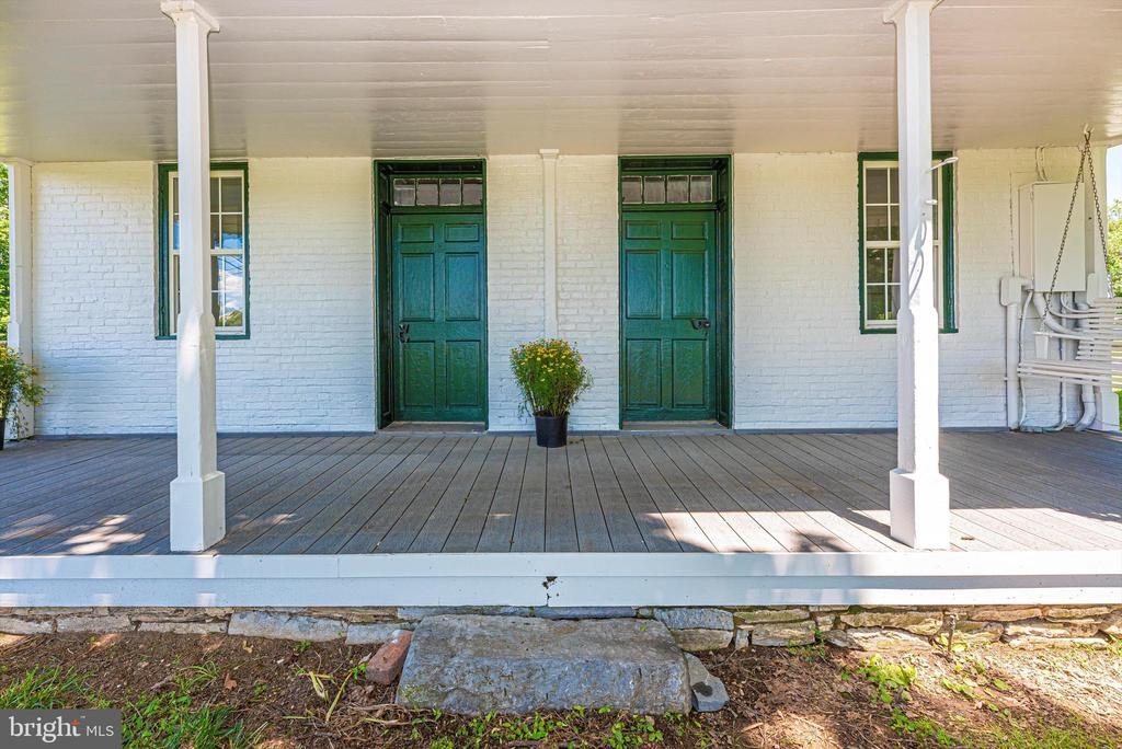 Relaxing front porch - 10302 COPPERMINE RD, WOODSBORO