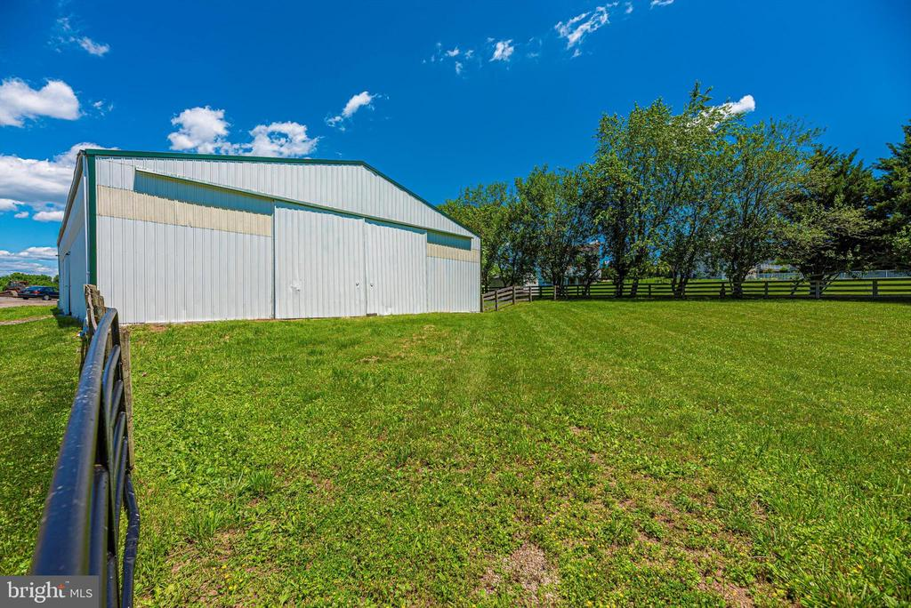 Indoor connected to paddock - 10302 COPPERMINE RD, WOODSBORO