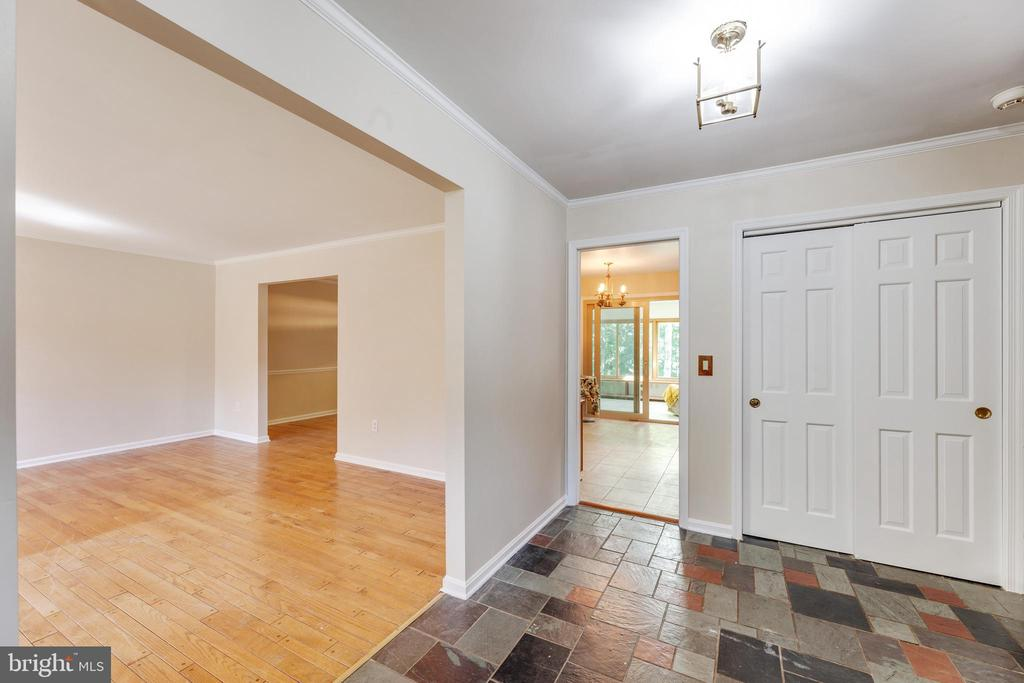 Foyer leading into the living room - 3208 SHOREVIEW RD, TRIANGLE