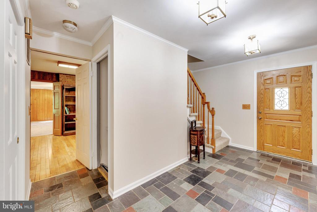 Large foyer welcomes you and your guests - 3208 SHOREVIEW RD, TRIANGLE