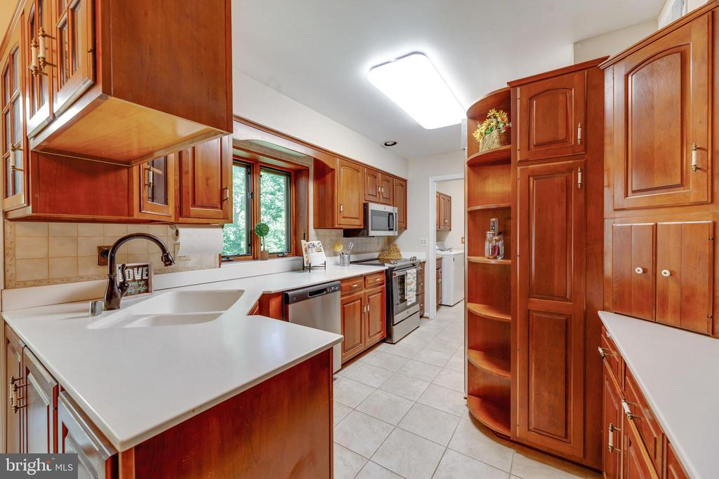 Cabinets and storage galore! - 3208 SHOREVIEW RD, TRIANGLE