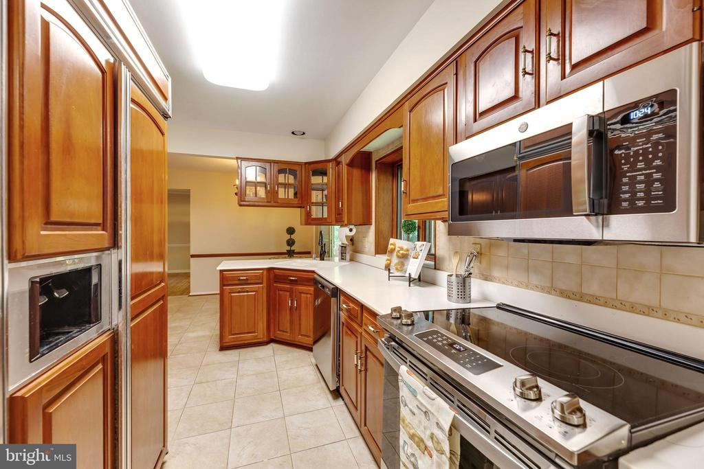 New stove, dishwasher, and microwave! - 3208 SHOREVIEW RD, TRIANGLE