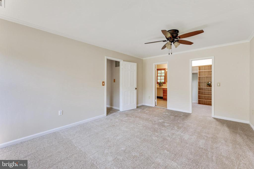 Large primary bedroom w/ new carpets & fresh paint - 3208 SHOREVIEW RD, TRIANGLE