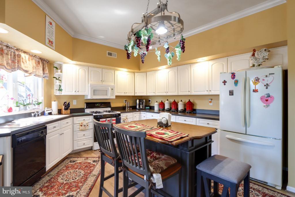 A Lovely Open Kitchen with Island! - 384 TURNBERRY DR, CHARLES TOWN