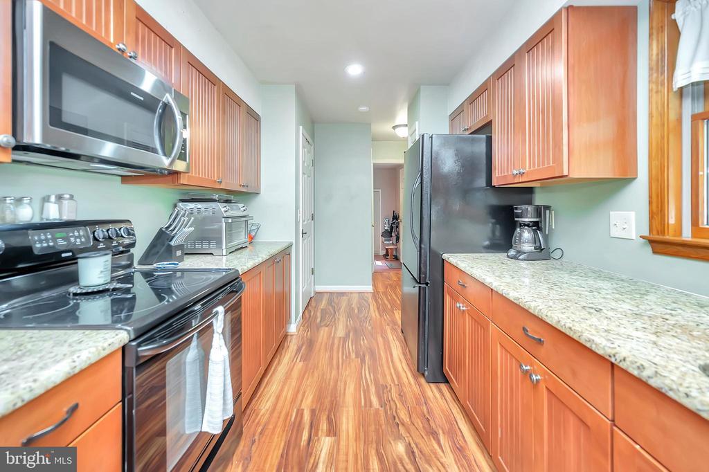 wood floored, granite counter kitchen - 201 HAPPY CREEK RD, LOCUST GROVE