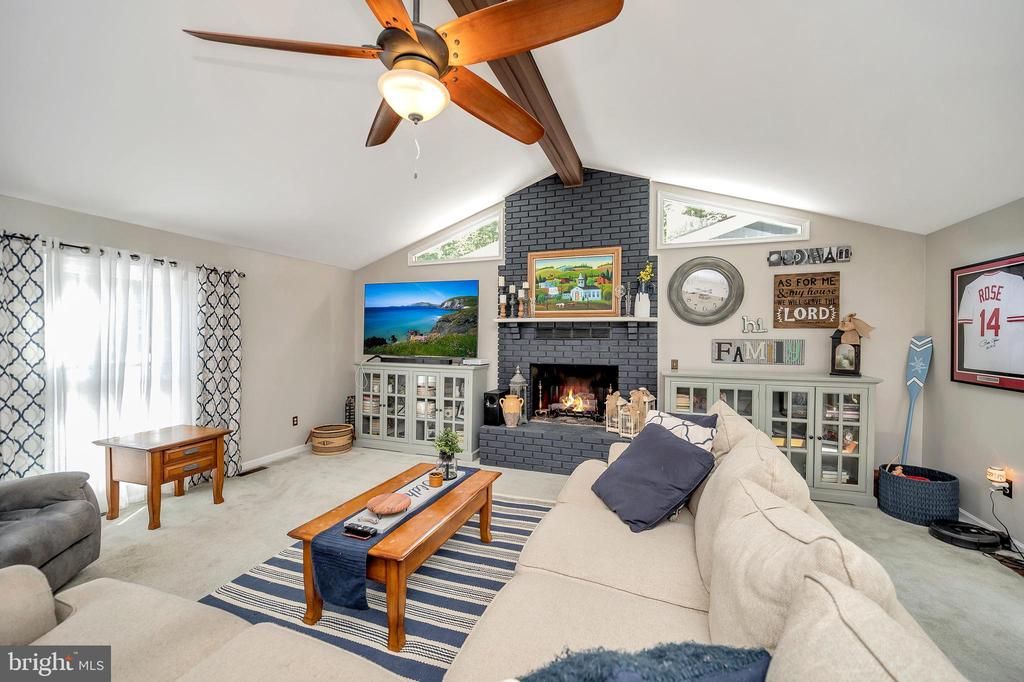 Welcoming  Comfortable Contemporary - 141 EAGLE CT, LOCUST GROVE