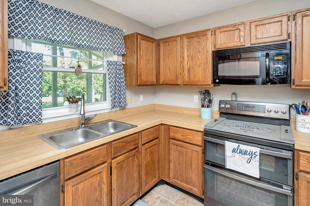 kitchen with stainless appliances & double sink - 141 EAGLE CT, LOCUST GROVE