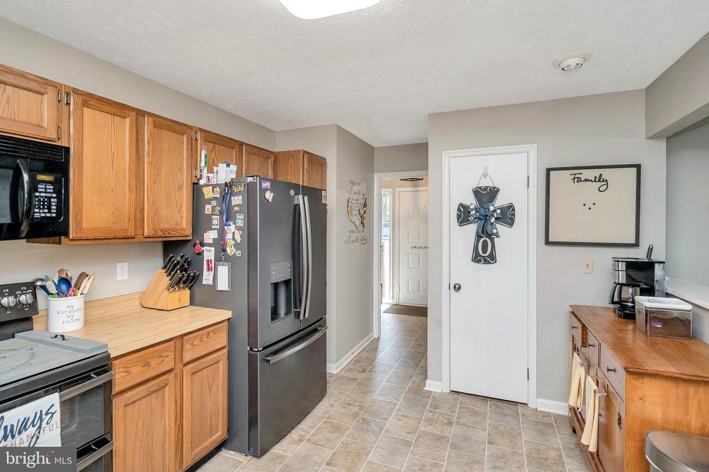 kitchen view to foyer & back hallway - 141 EAGLE CT, LOCUST GROVE