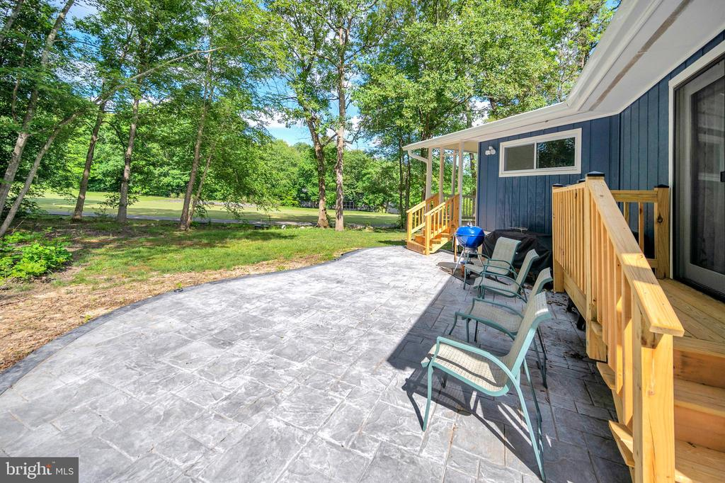 stamped curved concrete patio golf side - 141 EAGLE CT, LOCUST GROVE