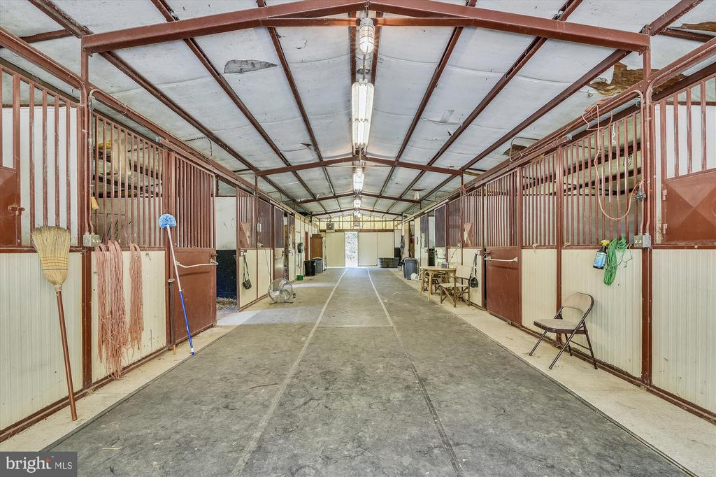 Six stall barn, all stalls foaling size - 1823 OLD WINCHESTER RD, BOYCE