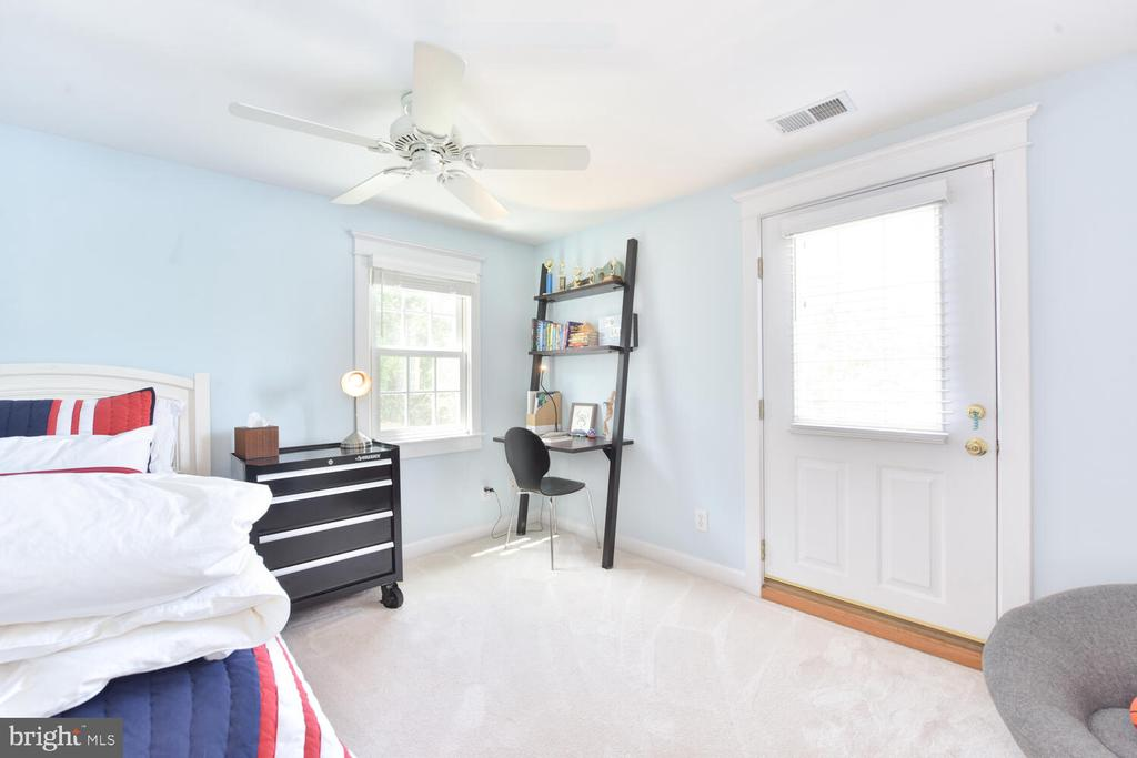 Bedroom 3 with access to roof deck - 3302 ELMORE DR, ALEXANDRIA