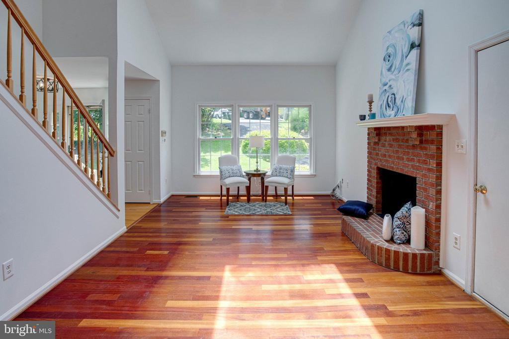 Beautiful Brazilian floors and vaulted ceilings - 320 DESTROYER CV, STAFFORD