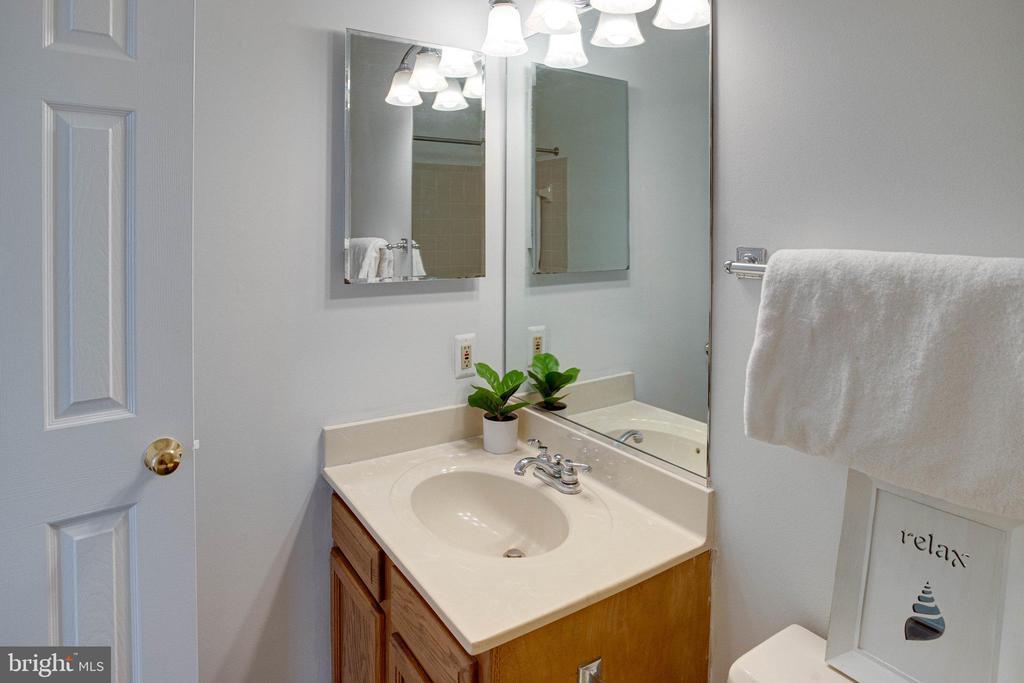 Hall bath has a tub/shower combo - 320 DESTROYER CV, STAFFORD