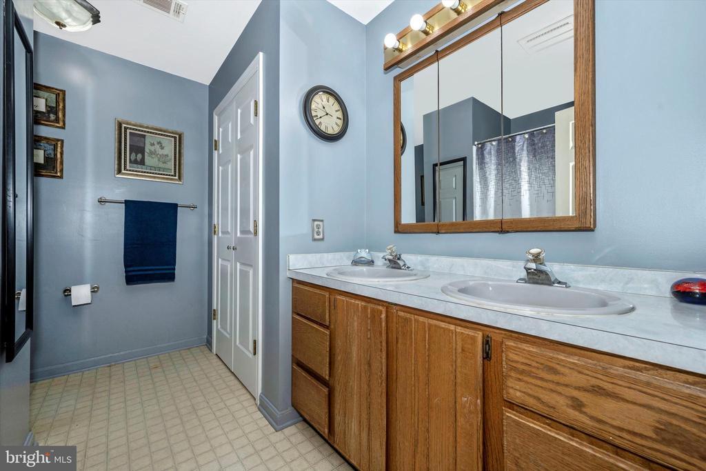 Upper level main bath. - 10740B WOODSBORO RD, WOODSBORO