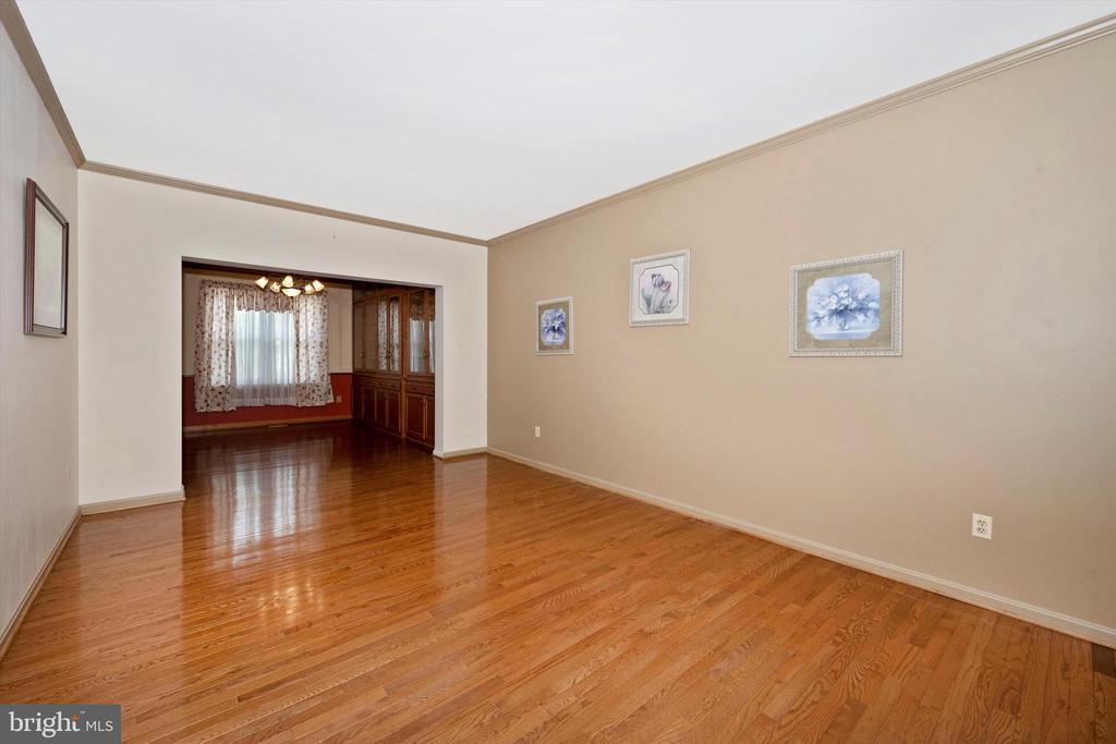 Spacious living room - 6904 BARON CT, FREDERICK