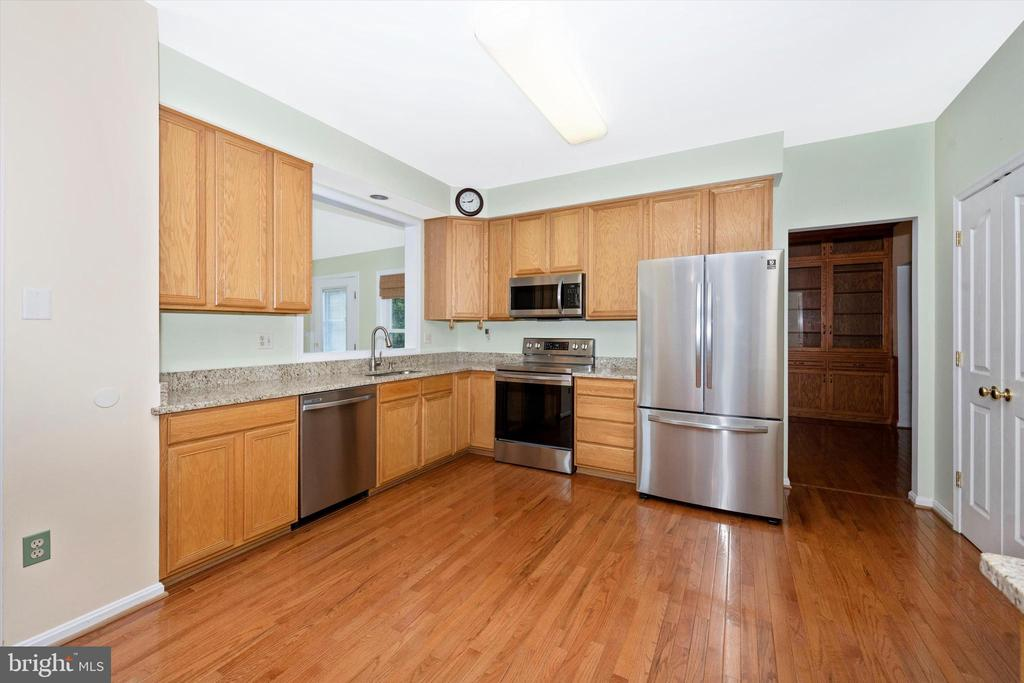 Beautiful granite counters and newer SS appliances - 6904 BARON CT, FREDERICK