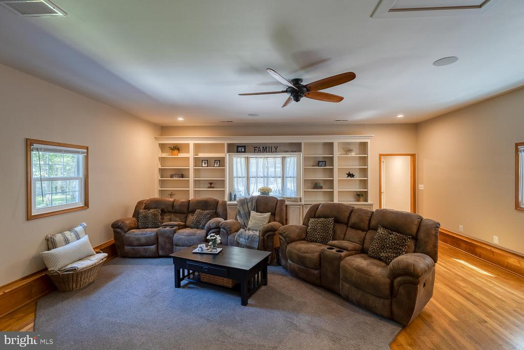 HUGE FAMILY ROOM WITH LOTS OF SPACE - 28 HOUGHTON LN, FREDERICKSBURG